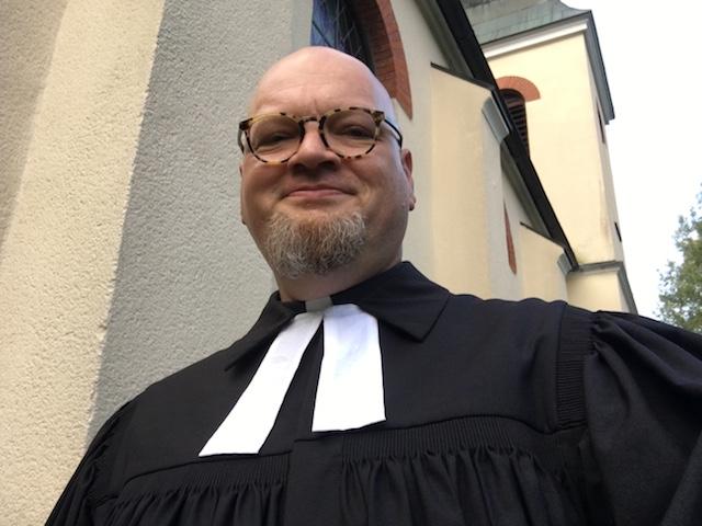 Vor der Martin-Luther-Kirche in Spiegelau