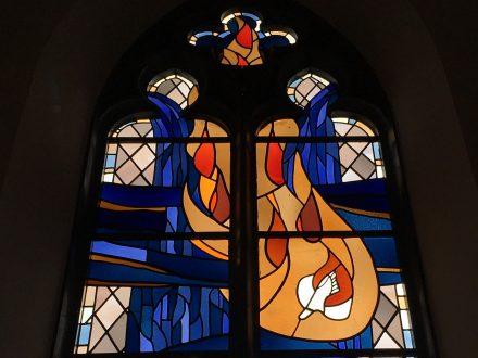 Der Heilige Geist - Ausschnitt aus einem Kirchenfenster der Johanneskirche in Partenkirchen | Bild: Martin Dubberke