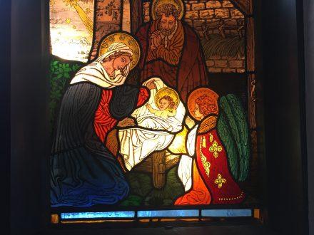 Die Krippe im Kirchenfenster der Johanneskirche in Partenkirchen   Bild: Martin Dubberke