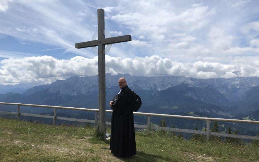 Pfarrer Martin Dubberke mit Rucksack auf dem Wank - bereit zum Berggottesdienst | Foto: Christiane Lehmacher-Dubberke