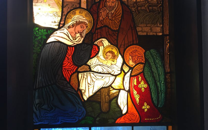 Die Krippe im Kirchenfenster der Johanneskirche in Partenkirchen | Bild: Martin Dubberke